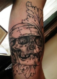 Black tattoo pirate skull on leg by jenzie